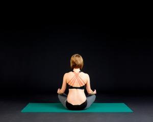 ensamt med yoga online