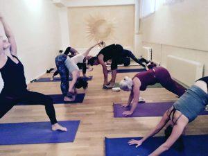 Yogaklasserna lockar ofta deltagare till Yoga Devis utbildingar.