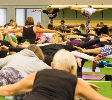 Yogafantaster samlade in pengar för att rädda Göteborgs havsmiljö