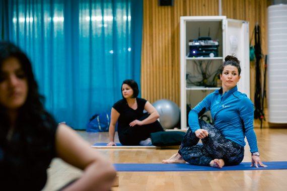 Shabnam Ishan håller yogaklasser för tjejer i Tensta.