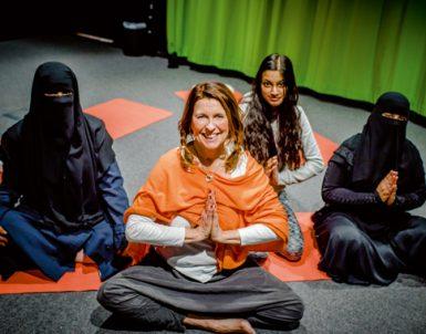 Britt-Marie får Rinkebys tjejer att yoga