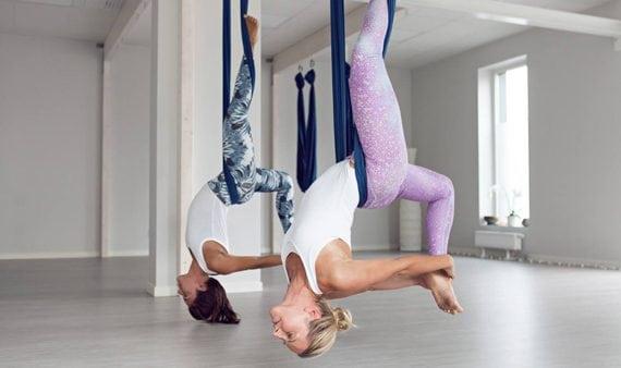 Alla kan prova aerialyoga under Malmö Yogafestival