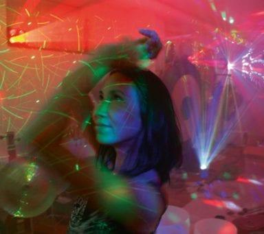 Skaka av dig stressen – med hjälp av discoyoga