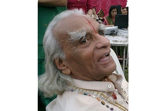 Tusentals hyllar B.K.S. Iyengar på 100-årsdagen av hans födelse
