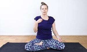 Videoyogaklass: Ayurvedisk yoga med Tia Jumbe