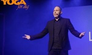 Komikern Lasse Nilsen: Därför är det fler kvinnor inom yogan