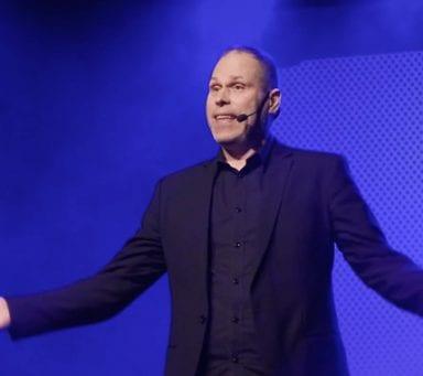 Komikern Lasse Nilsen: Därför är det fler kvinnor än män inom yogan