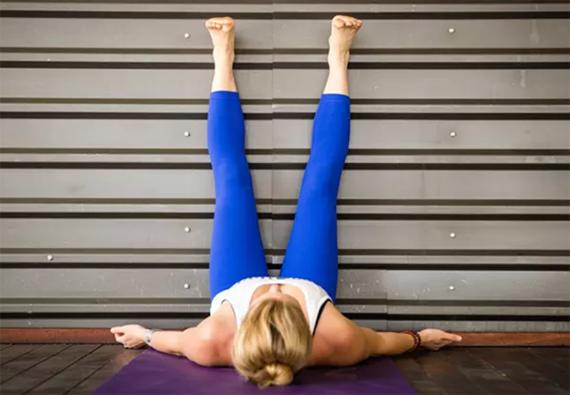 Öka blodcirkulationen genom att lägga upp benen mot väggen.