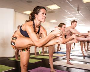 måste yogaläraren korrigera