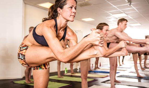 Måste läraren ta på elever i yogaklasser?