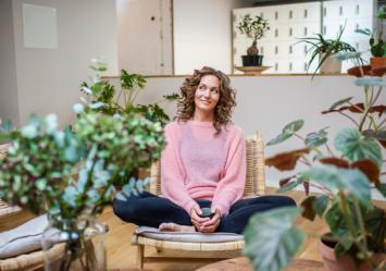 Stina Johansson möter yogaläraren Helena Wintre.