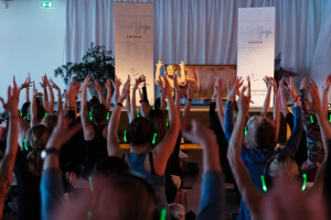 trånga yogaklasser med Emilia Löf Karlsson