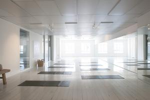 manipulerande yogalärare rekryterar på stora yogastudior
